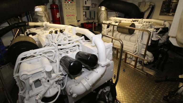 F920-05-enginesbay1ter-mah-jong-damonte-yachts