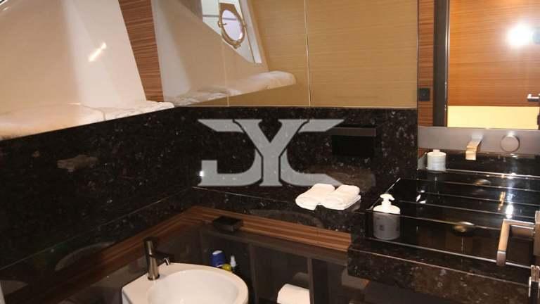 F920-05-guesttoilet1-mah-jong-damonte-yachts copie