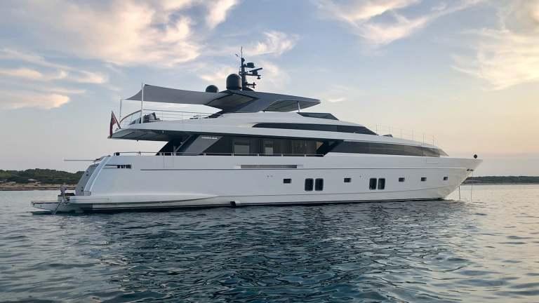 view3_sanlorenzo_118_andinoria_damonte_yachts_1400x960